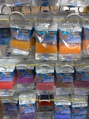 Бисер в пакетиках в магазине